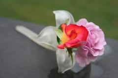 Twee rozen in een lelie-vormige vaas Stock Afbeelding