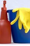 Twee rubberhandschoenen in een blauwe en rode nevelfles Stock Afbeelding