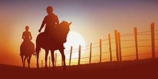 Twee ruiters op een steeg van het land bij zonsondergang royalty-vrije illustratie