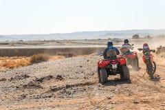 Twee ruiters op vierling ATVs in Sahara Desert stock afbeelding