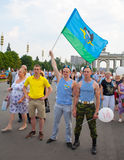 Twee Russische die valschermjagers met de vlag worden gedemobiliseerd Royalty-vrije Stock Afbeelding