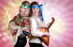 Twee Russische schoonheidsmeisjes met volksattributen Stock Fotografie