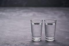 Twee Russische wodkaschoten op zwarte lijst, exemplaarruimte stock afbeelding