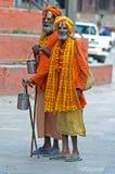Twee sadhu Shaiva het lopen aalmoes voor een tempel Stock Afbeeldingen