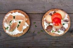 Twee sandwiches met het surstromming Stock Afbeeldingen