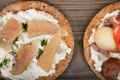 Twee sandwiches met het surstromming en kaviaar Stock Foto's