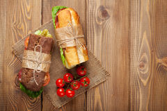 Twee sandwiches met salade, ham, kaas Royalty-vrije Stock Afbeeldingen