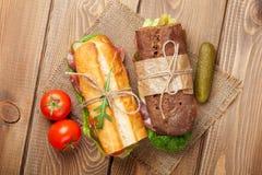 Twee sandwiches met salade, ham, kaas Royalty-vrije Stock Afbeelding