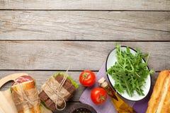 Twee sandwiches met salade, ham, kaas en tomaten Stock Afbeeldingen