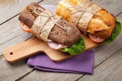 Twee sandwiches met salade, ham, kaas en tomaten Stock Fotografie