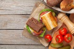 Twee sandwiches met salade, ham, kaas en tomaten Royalty-vrije Stock Foto's
