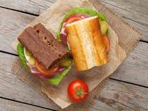 Twee sandwiches met salade, ham, kaas en tomaten Royalty-vrije Stock Foto