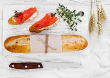 Twee sandwiches met zalm op houten achtergrond Stock Fotografie