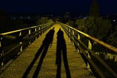 Twee schaduwen op de brug stock foto