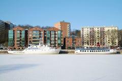 Twee schepen hiberneren te de stadswaterkant Turku, Finland Stock Afbeeldingen
