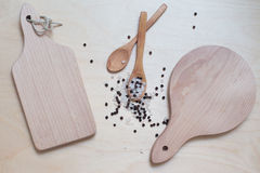 Twee scherpe raad op de houten lijst met lepels en specerij stock fotografie
