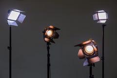 Twee schijnwerpers met halogeenlampen en Fresnel lens en twee leidden verlichtingsinrichting Het schieten in het binnenland op ee Royalty-vrije Stock Afbeeldingen