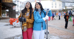 Twee schitterende jonge donkerbruine snowboarders Stock Foto