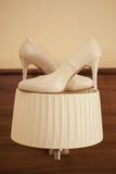 Twee schoenen op de kroonluchter Stock Foto