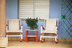 Twee schommelstoelen op de portiek royalty-vrije stock foto's