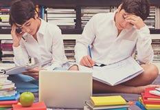 Twee schooljongens in de bibliotheek Royalty-vrije Stock Fotografie
