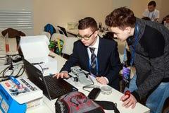Twee schooljongens die de robot programmeren bij roboticacompetities Royalty-vrije Stock Foto's