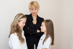 Twee schoolmeisjes met teache stock afbeelding