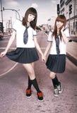 Twee schoolmeisjes in openlucht. Stock Foto
