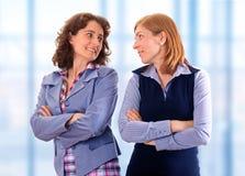 Twee schoonheids bedrijfsvrouwen samen Stock Foto