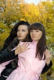 Twee schoonheids jonge vrouwen in openlucht Stock Foto