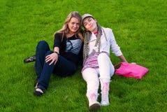 Twee schoonheidsmeisjes op gras Stock Foto