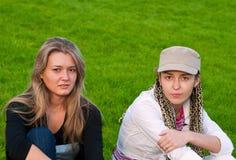 Twee schoonheidsmeisjes op gras Royalty-vrije Stock Afbeelding