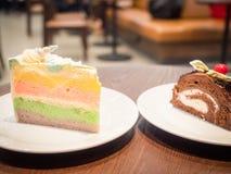 Twee schoonheidsstuk van zoete cake dient in witte schotel en zette op wo Stock Fotografie