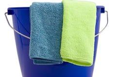 Twee schoonmakende microfiber doeken een blauwe emmer Royalty-vrije Stock Afbeeldingen