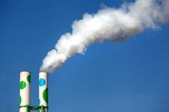 Twee schoorstenen met rook Stock Foto