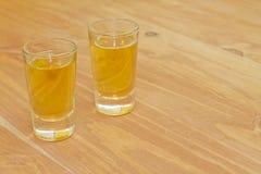 Twee schoten van eigengemaakte kruidenalcoholische drank stock afbeeldingen