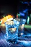 Twee schoten van wodka in de veelvoudige barlichten, close-up royalty-vrije stock foto