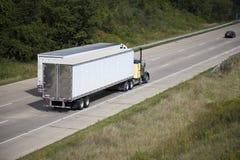 Twee semi vrachtwagens op de weg Stock Afbeelding
