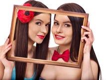 Twee sexy lesbische vrouwen die in kunstkader kussen Royalty-vrije Stock Afbeeldingen