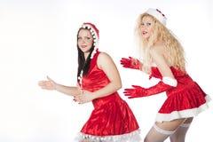 Twee sexy meisjes die van de Kerstman pret hebben Royalty-vrije Stock Afbeeldingen