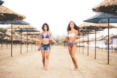 Twee sexy meisjes op een strand Stock Foto's