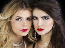 Twee sexy modellen, mooi blonde en brunette stock foto