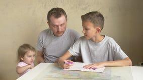 Twee siblings eisen de aandacht van de vader - thuiswerk en boek stock video