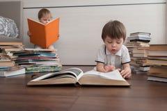 Twee siblings lezen grote boeken royalty-vrije stock afbeelding