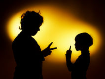 Twee silhouetten die van de expressieve jongen emoties tonen die gesticu gebruiken stock foto