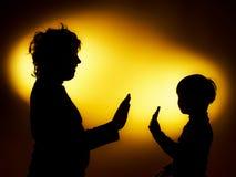 Twee silhouetten die van de expressieve jongen emoties tonen die gesticu gebruiken stock afbeeldingen
