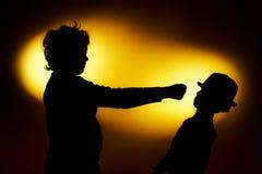 Twee silhouetten die van de expressieve jongen emoties tonen die gesticu gebruiken royalty-vrije stock foto