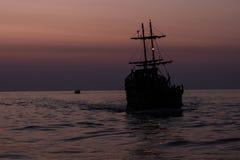 Twee silhouetten van schepen die op het overzees varen royalty-vrije stock afbeeldingen