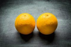 Twee sinaasappelen royalty-vrije stock afbeeldingen