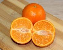 Twee sinaasappelen op de lijst Royalty-vrije Stock Afbeeldingen